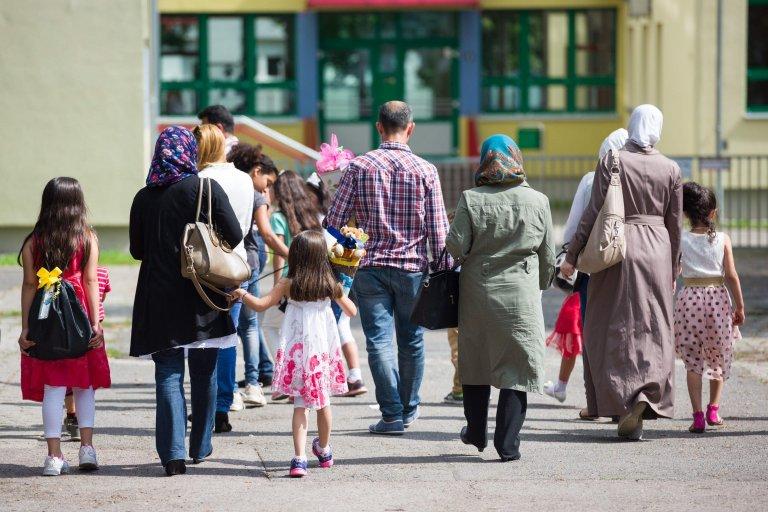 ANSA / مهاجرون سوريون يصطحبون أطفالهم إلى لإتمام مراسم إلحاقهم بمدرسة كاستانيناليي في ألمانيا. المصدر: إي بي إيه.