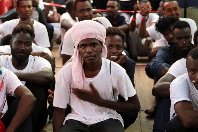"ANSA / مهاجرون ينتظرون على متن السفينة ""أوشن فايكنج"" غير الحكومية للهبوط على ساحل مالطا. المصدر: إي بي إيه / هانا والاتشي بومان."