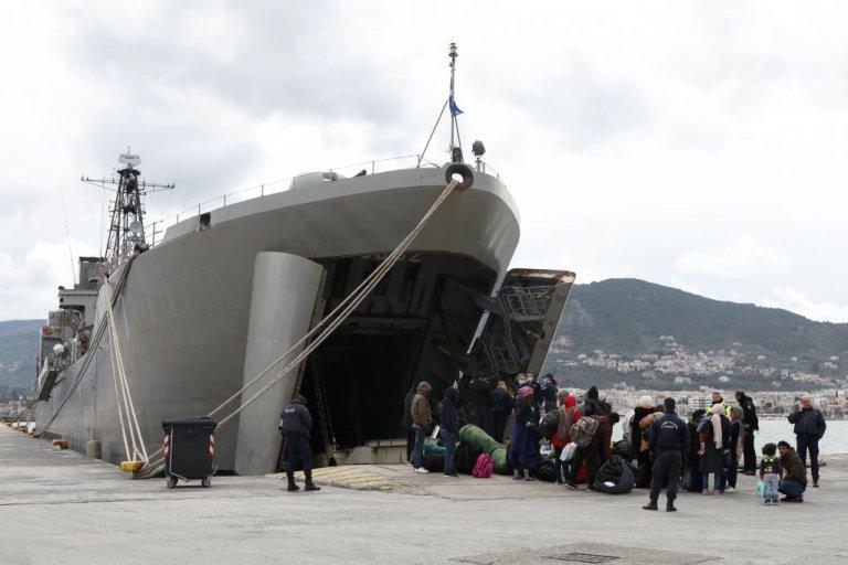 مقامهای یونانی به روزهای پنجشنبه و جمعه گذشته، ٥١٠ مهاجری را که بعد از باز شدن مرزهای ترکیه به سوی اروپا، وارد لیسبوس شدهاند، در یک کشتی بزرگ ارتش یونان در بندر میتیلین جابجا کردند.  عکس از رویترز