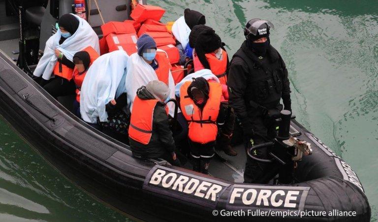 نجات مهاجران توسط نیرو های دریایی انگلستان در کانال مانش. عکس: پکچر الیانس