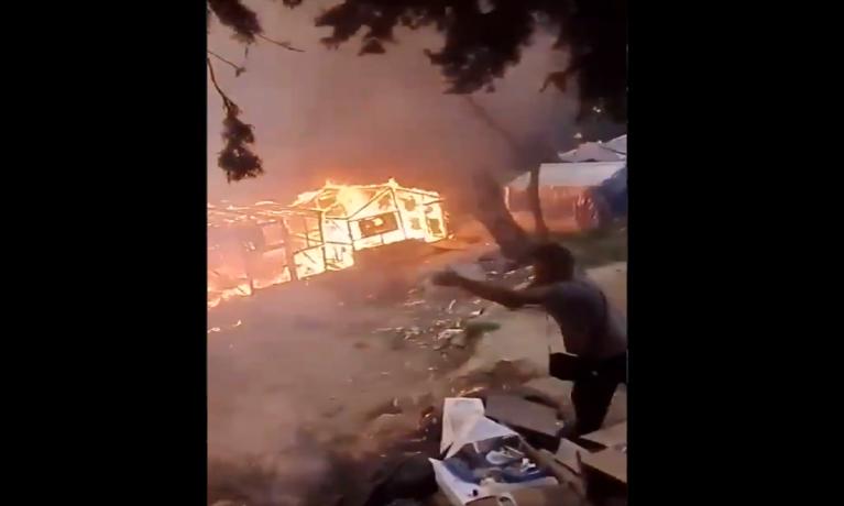 صورة ملتقطة من فيديو يظهر حريق في مخيم فاتي للمهاجرين