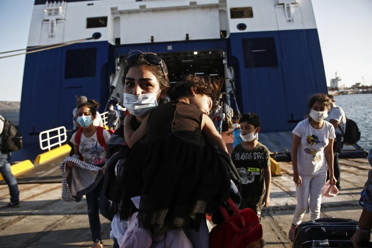 Refugees and migrants disembark from the Blue Star Chios ferry at the port of Lavrio, Greece, September 20, 2020 | Photo: EPA/YANNIS KOLESIDIS
