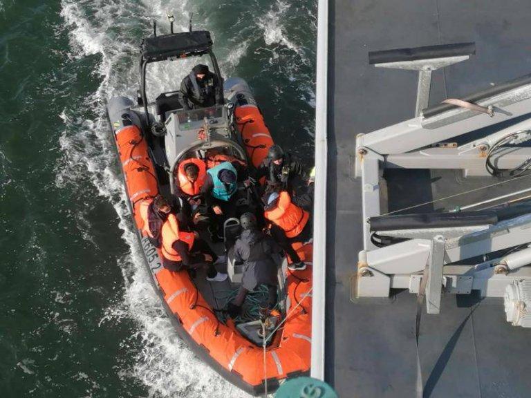 Quatorze migrants syriens ont été secourus dimanche dans la Manche au large de Sangatte. Crédit : préfecture maritime de la Manche et de la mer du Nord.