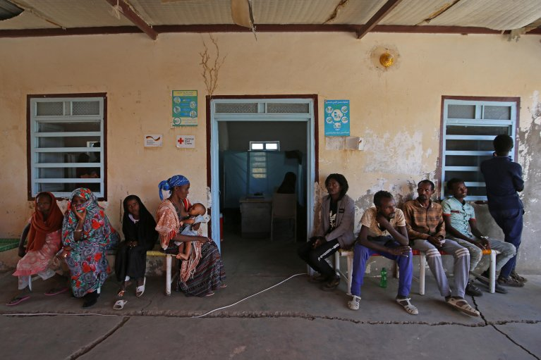 AFP - ASHRAF SHAZLY  Des réfugiés éthiopiens ayant fui les combats dans la province du Tigré attendent devant un centre de soins à Hamdayet, au Soudan, le 22 novembre 2020. (Photo d'illustration)