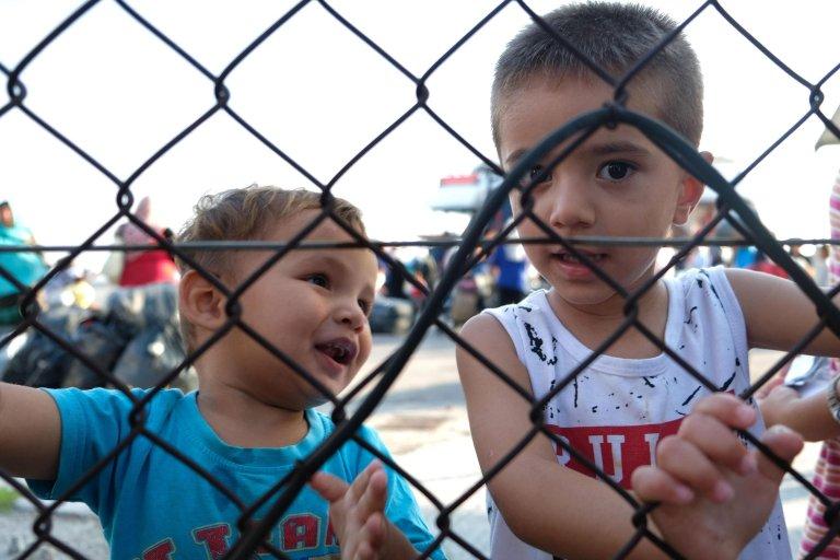 أطفال لاجئون يهبطون في ميناء تسالونيكي، بعد أن تم نقلهم من مخيم موريا بجزيرة ليسبوس اليونانية. المصدر: إي بي إيه/ نيكوس أرافانتيدس.