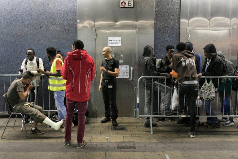 """Des migrants attendent devant le """"hub"""" humanitaire de Bruxelles. Crédit : MSF"""