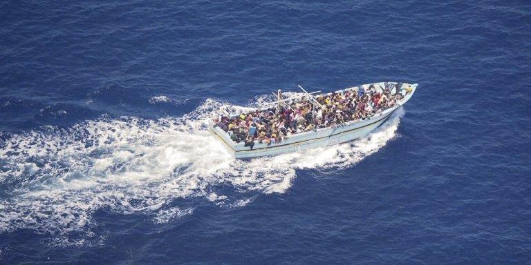 """لقطة للقارب الذي رصدته طائرة """"مون بيرد"""" التابعة لمنظمة """"سي ووتش"""" الألمانية غير الحكومية في المتوسط في 9 تموز\يوليو 2020. الصورة من حساب المنظمة على تويتر @seawatch_intl"""