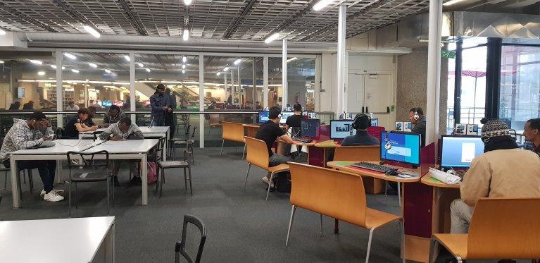 گروهی از مهاجران در کتابخانه علوم و صنعت پاری در پارک دو له ویلت. عکس از ان-دیاندرا لوارن/ مهاجر نیوز