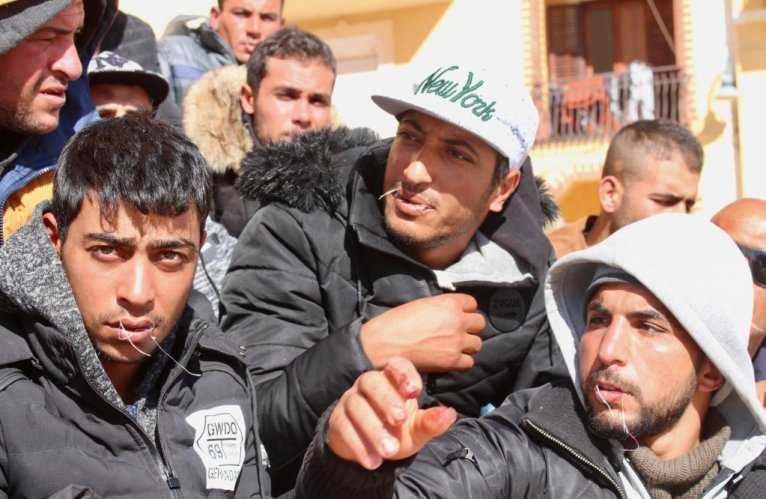 مهاجرون تونسيون يخيطون أفواههم في لامبيدوزا/ ANSA