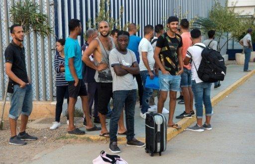 أ ف ب  |مهاجرون ينتظرون لمغادرة مركز الاستقبال المؤقت للمهاجرين وطالبي اللجوء في جيب مليلية الإسباني بالمغرب في 19 أيلول/سبتمبر 2018