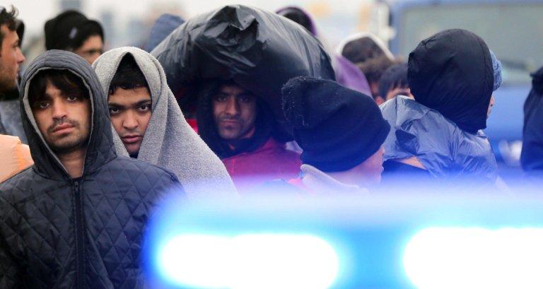 ANSA / مهاجرون يعتقد أنهم يحاولون الوصول إلى كرواتيا، حيث يسيرون على الطريق السريع بين بلغراد وزغرب. المصدر: إي بي إيه/ كوتشا سليمانوفيتش.