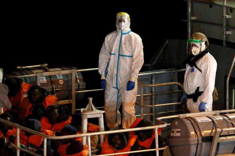 قارب للمهاجرين أمام السواحل المالطية في 10 نيسان/أبريل. الصورة: روتيرز