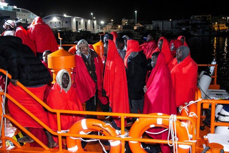 ANSA / عدد من مهاجري جنوب الصحراء في ميناء موتريل الإسباني بعد أن أنقذتهم السلطات الإسبانية. المصدر: إي بي إيه / بيدرو فيكساس.