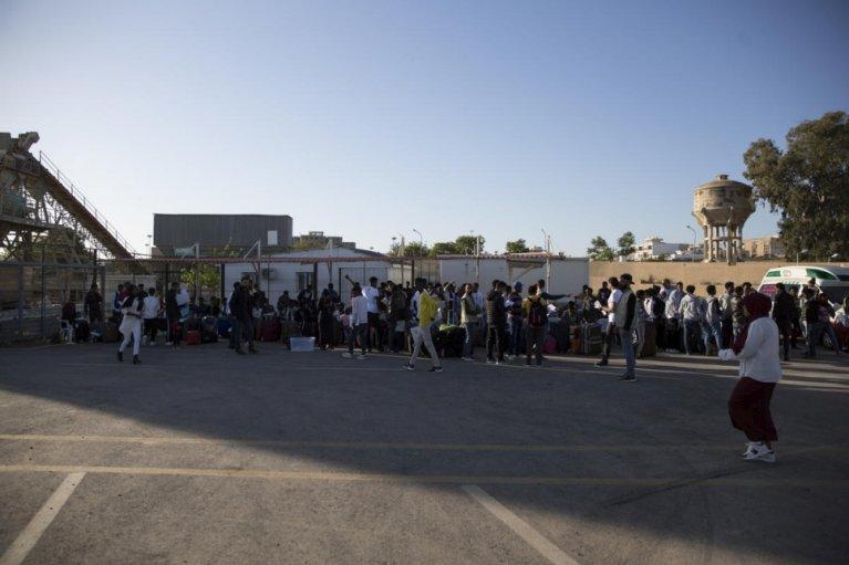 Des réfugiés originaires de Somalie, de Syrie et d'Érythrée montent à bord d'un bus au centre de rassemblement et de départ du HCR à Tripoli. Photo d'archives, avril 2019. Crédit : HCR / Mohamed Alalem