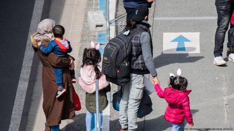 (عکس: ارشیف)/گروهی از مهاجران به میدان هوایی هانوفر در آلمان رسیدند/عکس: Julian Stratenschulte/dpa/picture-alliance