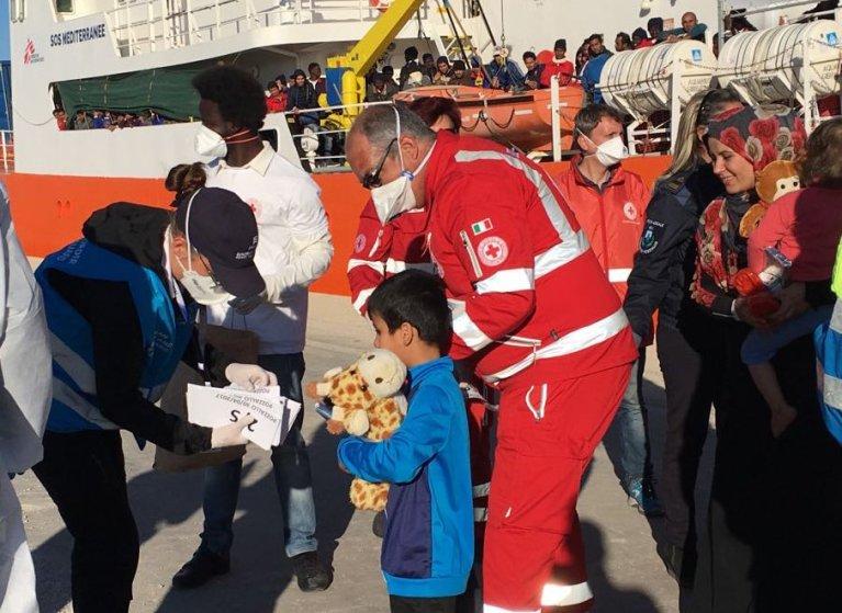پناهجویان نجات داده شده از دریا وارد ایتالیا می شوند.  ماه اپریل 2017، عکس از بوعالم روبشی.