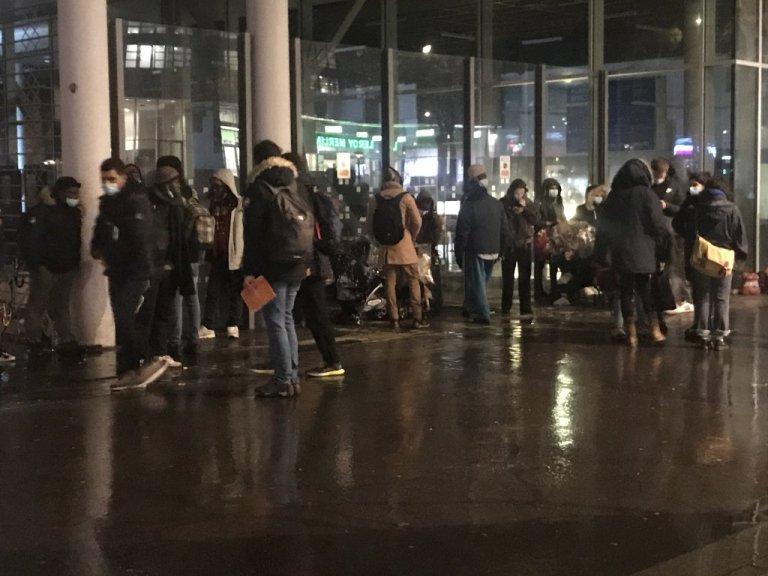 Des migrants attendent d'être pris en charge par l'association Utopia56 pour la nuit, dans le nord de Paris. Crédit : InfoMigrants