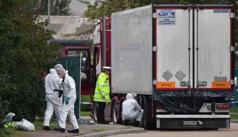 ©  Ben Stansall, AFP |Des policiers britanniques examinent un camion frigorifique où 39 cadavres ont été découverts, près de Londres, le 23 octobre 2019.