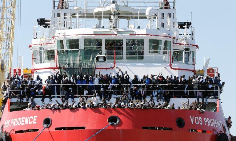 REUTERS/Ciro De Luca |Des migrants attendent de débarquer du navire «Vos Prudence» affrété par MSF, dans le port de Naples, en Italie, le 28 mai 2017.