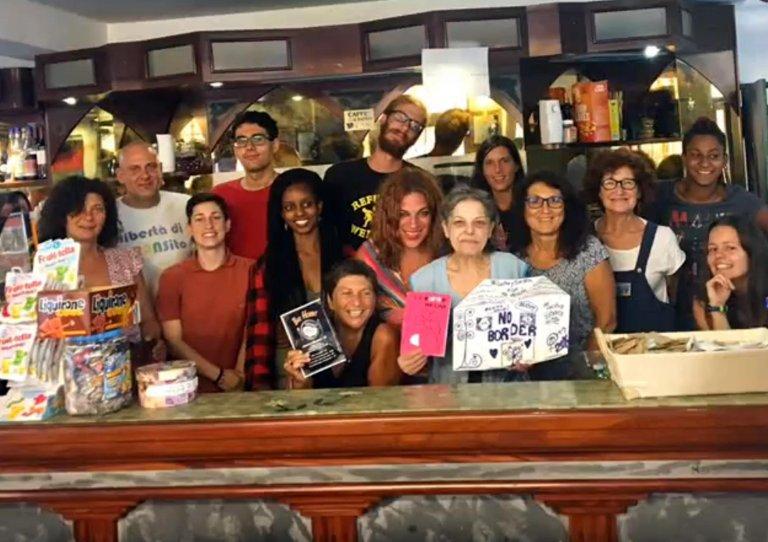 """ديليا بونومو في مقهي """"هوبيت"""" في فينتيميليا/ ANSA"""