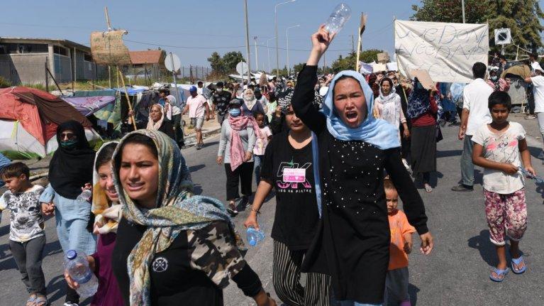 روز یکشنبه زنان با راه انداختن تظاهرات در جاده  منتهی به میتیلین، خواهان انتقال مهاجران از جزیره شدند.  عکس از مهدی شبیل/مهاجر نیوز