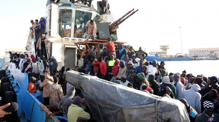 Libyan coastguard boat carrying around 500 migrants, mostly African, arriving at the port in the city of Misrata | Photo: ARCHIVE/EPA/STRINGER