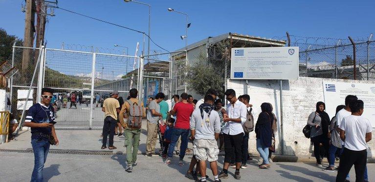 له ارشیف څخه: کډوال د موریا کمپ مخ ته. کرېډېټ: امان الله جواد