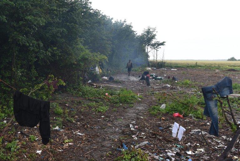 Un campement de migrants, à Coquelles, près de Calais. Les exilés qui y vivent n'ont pas accès aux distributions de nourriture de la Vie active, association mandatée par l'Etat. Crédit : Mehdi Chebil pour InfoMigrants.