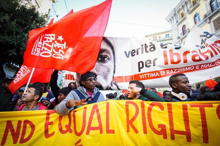 """ANSA / مهاجرون وعمال  وطلاب مدارس ثانوية وجامعات  يشاركون في """"مسيرة المستبعدين""""، التي نظمت في نابولي في 17 نوفمبر 2017."""