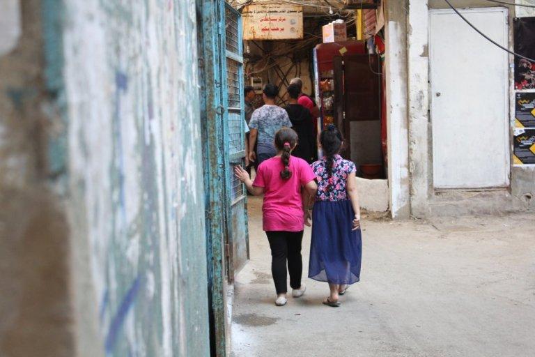 Deux petites filles au camp de Chatila. Crédit: Charlotte Hauswedell