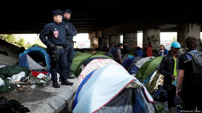 Police clear Paris migrant camp Photo: Reuters/B. Tessier