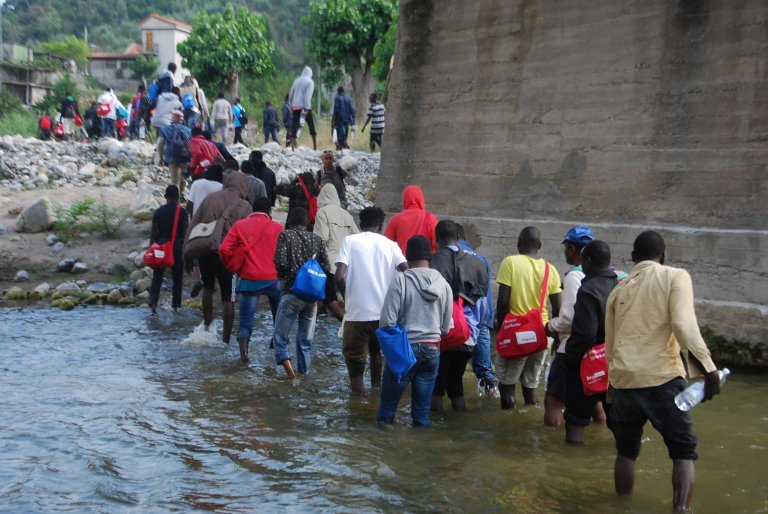 ANSA / مهاجرون يسيرون بجوار نهر روايا، بالقرب من فينتيميليا، باتجاه الحدود الفرنسية. فينتيمليا، إمبيريا، إيطاليا في 26 حزيران / يونيو 2017. المصدر / أنسا / كيارا كارنيني.