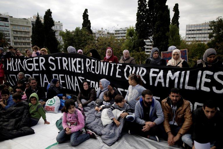 Des réfugiés ont manifesté à Athènes mercredi 1er novembre pour protester contre la lenteur des procédures de regroupement avec leurs proches en Allemagne. Crédit : Reuters