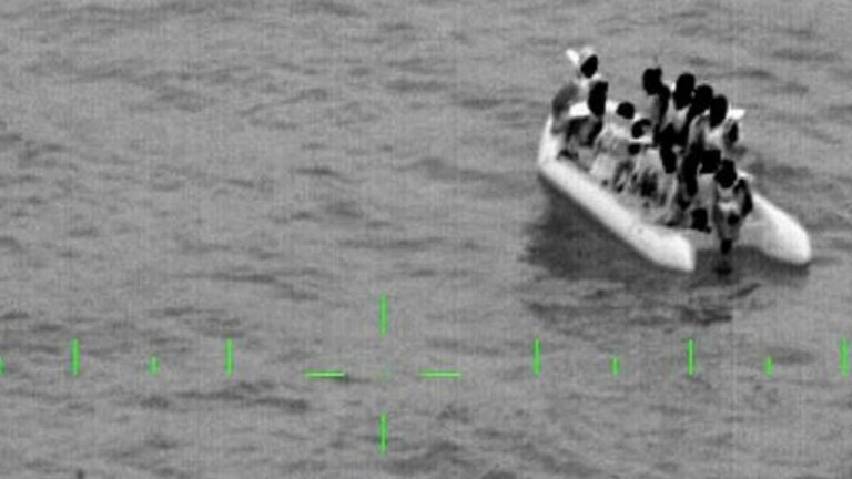 نیروهای دریایی ملی فرانسه سیزده مهاجر را از آبهای کاله نجات دادند.  عکس از حساب تویتر Twitter @premarmanche