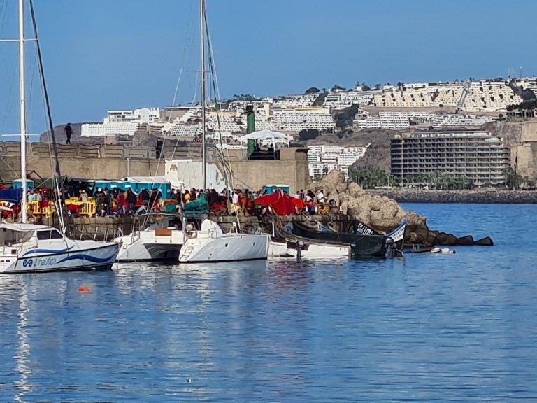 أكثر من ألفي مهاجر يعيشون في مخيم مؤقت في ميناء أرغوينيغين، في جزر الكناري. المصدر: شريف بيبي/مهاجر نيوز