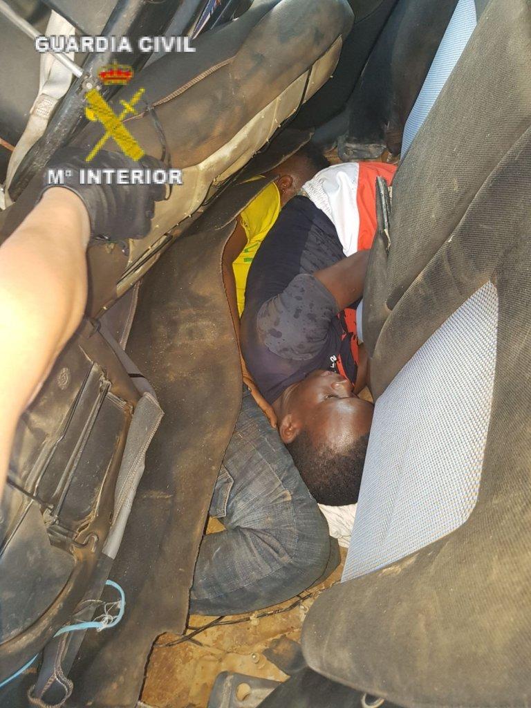 HO / Guardia Civil / AFP |Deux migrants découverts par la Guardia Civil cachés dans une voiture qui a forcé le passage à la frontière entre le Maroc et l'enclave espagnole de Melilla, le 17 juin 2017.