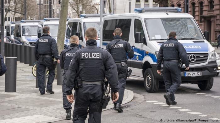picture-alliance/dpa/F. Rumpenhorst |علمت وكالة الأنباء الألمانية أن المحققين قاموا بتفتيش العديد من المنازل في ولايتي بادن فورتمبورغ وهيسن.
