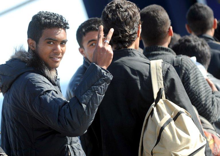 Ansa  مهاجرون ينتقلون من لامبيدوزا إلى مركز تحديد الهوية في إيطاليا.