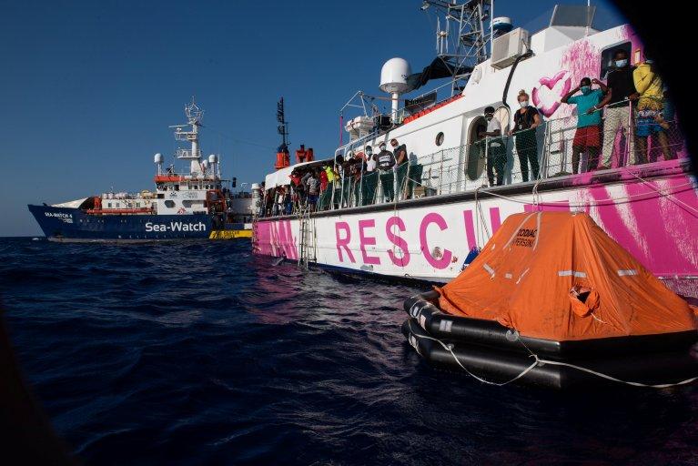 Les migrants présents sur le Louise Michel ont été transférés sur le Sea-Watch 4, le 29 août 2020. Crédits : Reuters