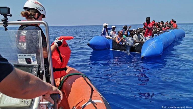 Most migrants were taken to the Eleonore vessel using rigid hull inflatable boats | PHOTO: picture-alliance/dpa/J. Filous