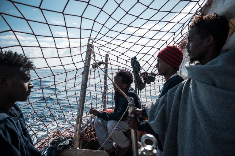 Ces hommes font partie des rescapés du Sea Watch 3 secourus la semaine dernière au large de la Libye. Crédit : Sea-Watch / Twitter
