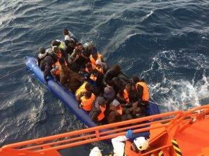 مهاجرون قرب سفبنة إنقاذ / الصورة لوكالة أنسا