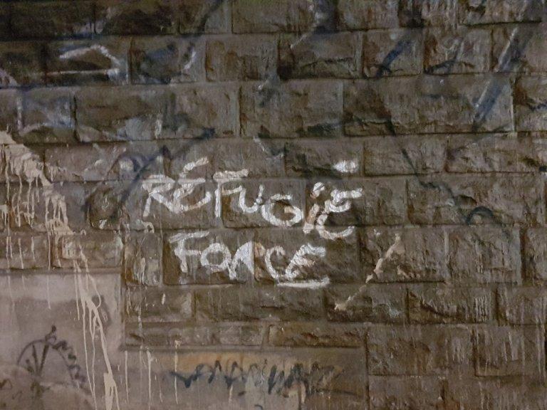 """عبارة بالإنكليزية تعني """"قوة اللاجئين""""، خطها المهاجرون على أحد جدران الجسور في بورت دو لا شابيل قبيل إخلائهم. 14 تشرين الثاني/نوفمبر 2019. مهاجر نيوز"""