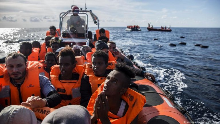 عکس از آرشیف/ گارد ساحلی اسپانیا دست کم ۲۰۰ مهاجر را در بحیره مدیترانه از آب بیرون کشید.