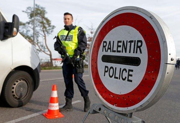 صورة من الأرشيف لشرطي فرنسي عند الحدود الفرنسية. المصدر: رويترز