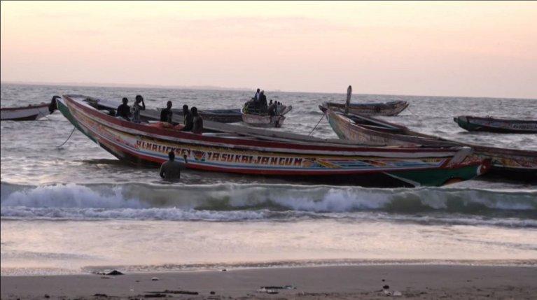 Romain CHANSON / AFPTV / AFP |Des bateaux sur la plage de Barra (Gambie) le 5 décembre 2019.