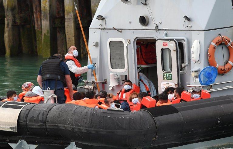 سفينة تابعة لقوات الحدود تجلب مهاجرين تم العثور عليهم قبالة سواحل دوفر في مقاطعة كينت البريطانية. المصدر: إي بي إيه / أندي راين / أنسا.