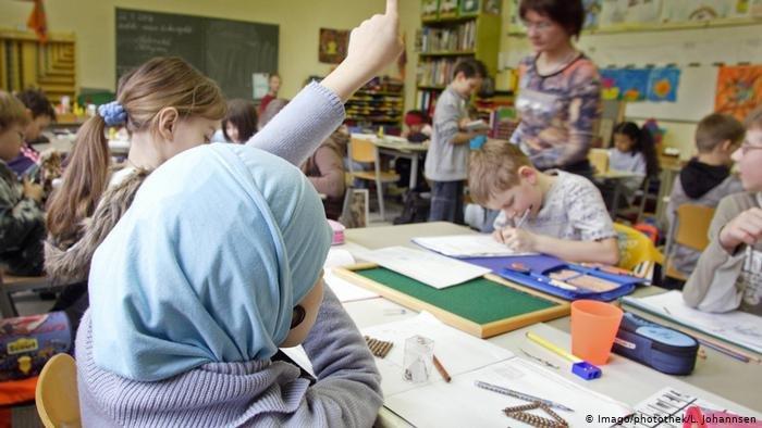 Imago/photothek/L. Johannsen |ولاية شمال الراين ويستفاليا تتخلى عن خطط لحظر الحجاب في المدارس الابتداية ودور الحضانة