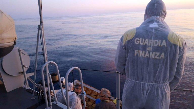 The Guardia di Finanza - one of Italy's police corps - searches for migrants in the SardinIan sea. Credit: ANSA/UFFICIO STAMPA GUARDIA DI FINANZA