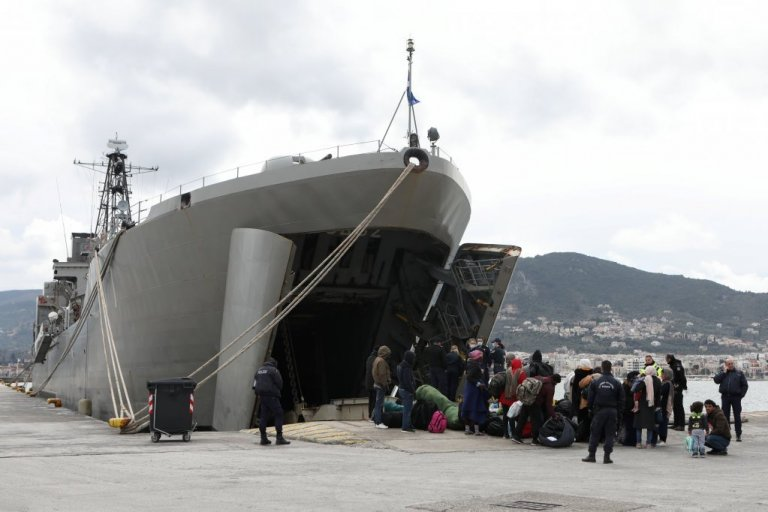 Migrants wait to board a Greek Navy vessel in the port of Mytilene, on the island of Lesbos, Greece, March 5, 2020 | Photo: REUTERS/Elias Marcou